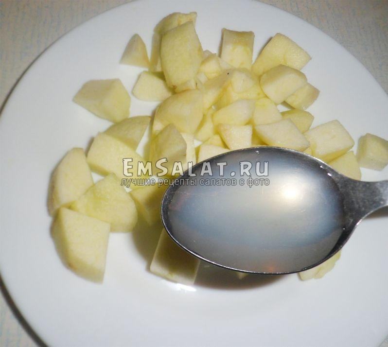 Поливаем яблоки, лимонным соком