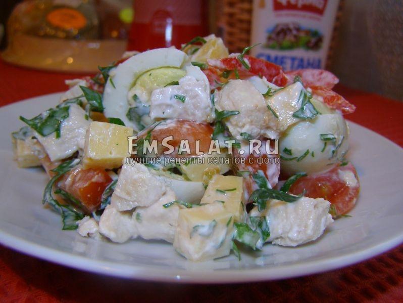 салат с перепелиными яйцами в тарелке