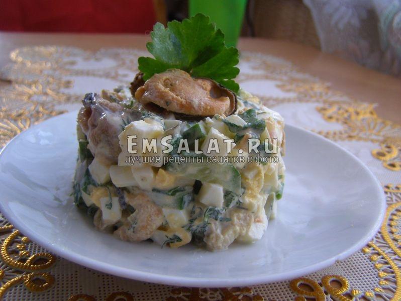 салат с мидиями на тарелочке