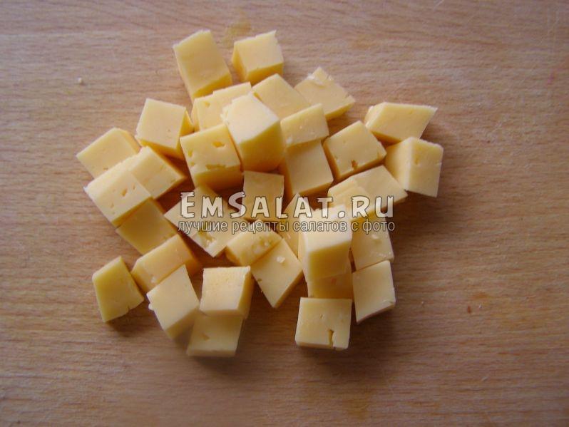 сыр порезан на кубики