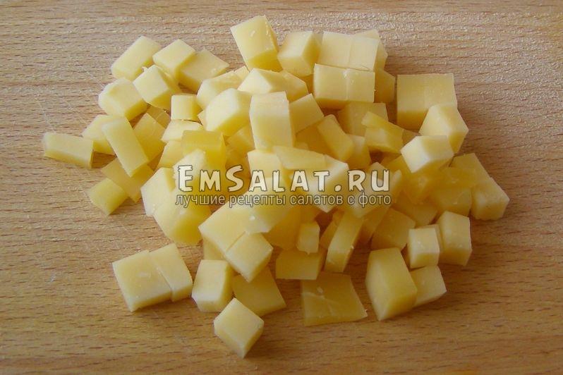 нарезанный на кусочки сыр