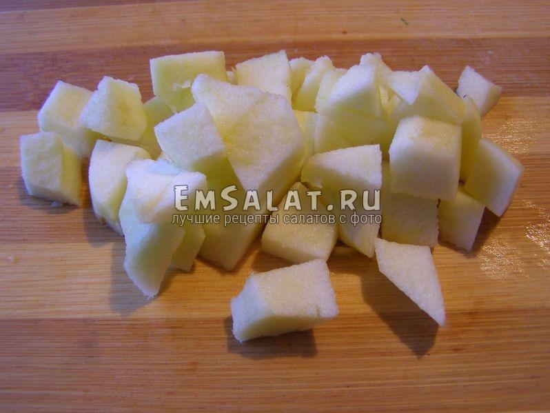 яблоко, нарезанное на кубики