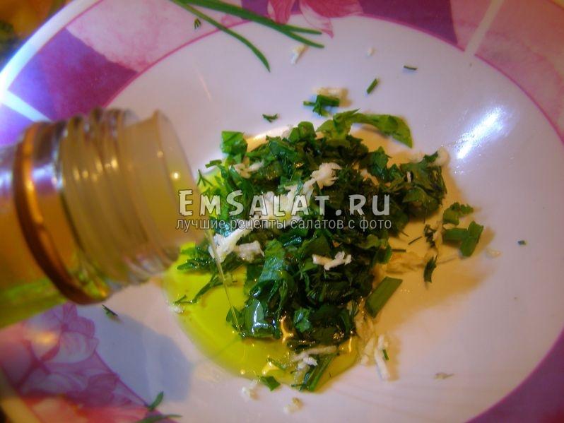 зелень, чеснок и оливковое масло в заправке