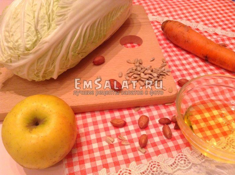 Продукты, необходимые для приготовления свежего салата с арахисом и семечками.