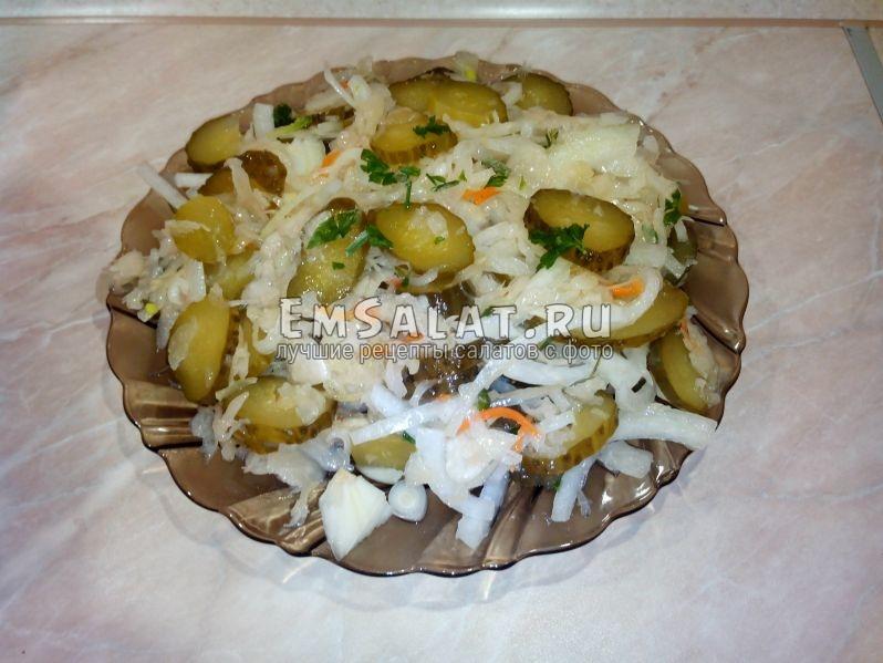 Уже сервированный салат из квашеной капусты