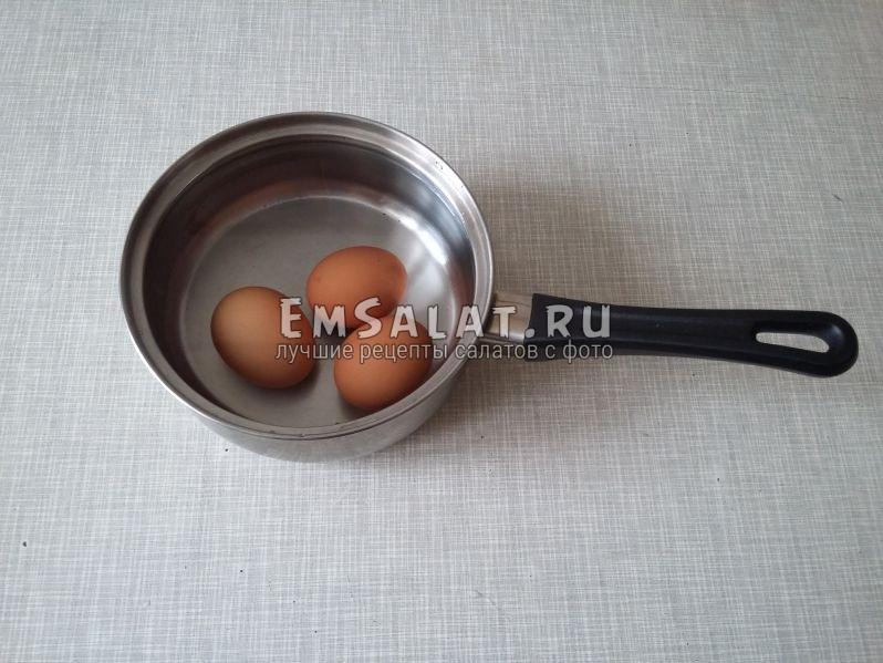 Возьмем сотейник и сварим яйца вкрутую