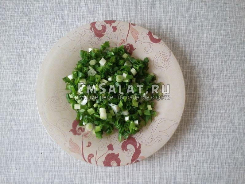 Вымытый и покрошенный лук выложим в тарелку