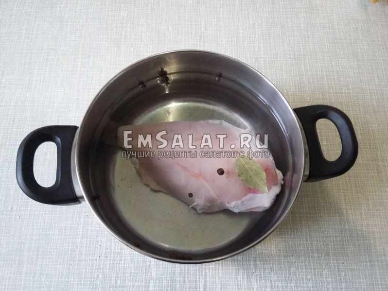 Нужно отварить филе индейки, добавив в воду душистый перец и лавровый лист. Посолить - по вкусу.