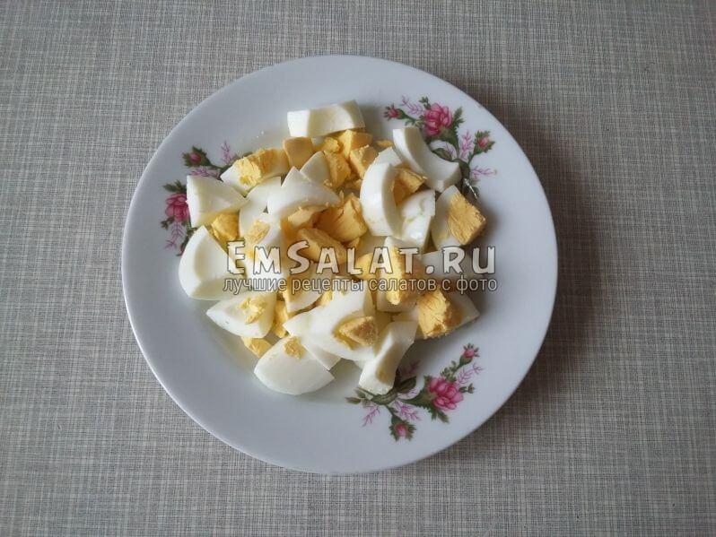 Вареные яйца почистить и нарезать крупными кубиками, или разрезать на 4 части.