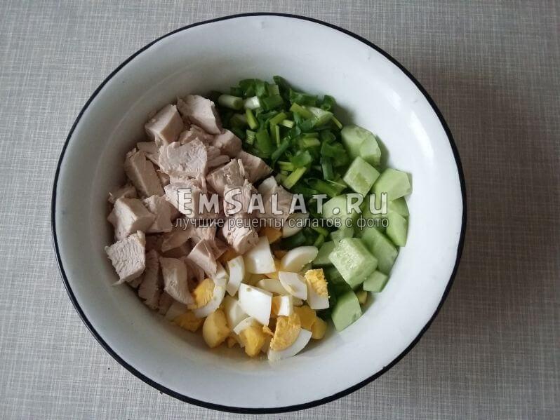 Все ингредиенты перемешать в отдельной миске и заправить салат майонезом. По желанию, добавить соль и перец.