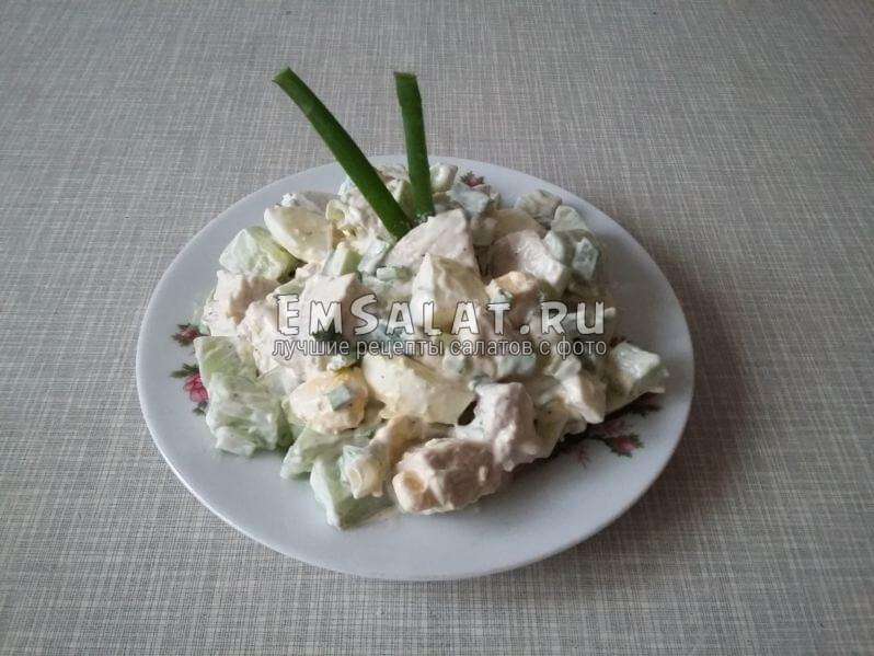 Готовый салат выложить в пиалу, украсить и подавать к столу гостям.