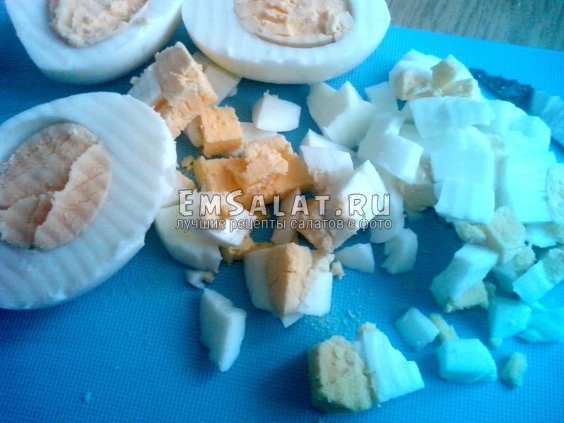 Яйца, нарезанные кубиками