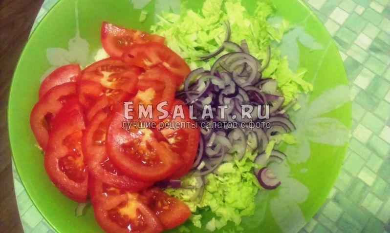 нарезанные помидоры, капуста, лук