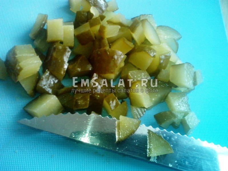 Солёные огурцы, нарезанные кубиками