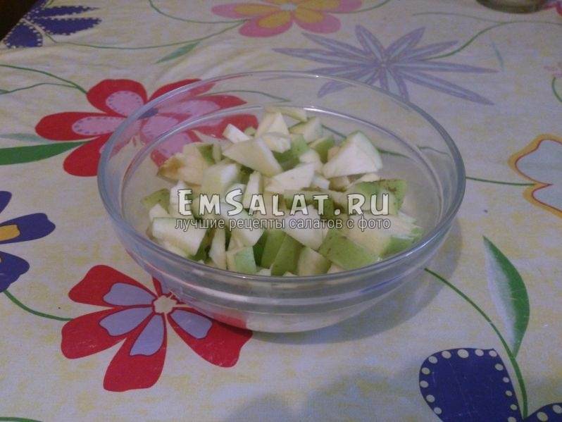 Нарежьте яблоко произвольными кусочками, но не мельчите.