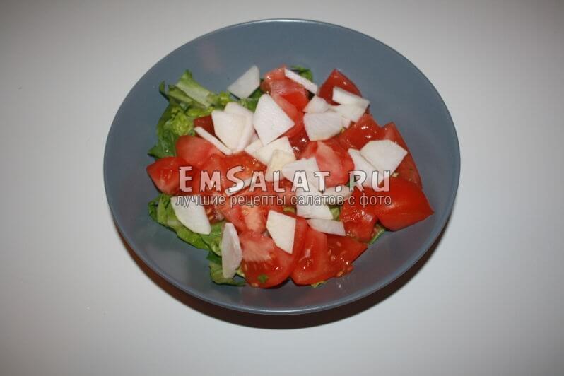 нарезанная репка вместе с помидором и листьями салата