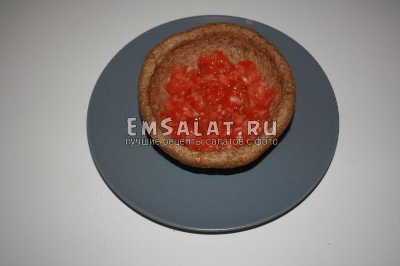 как мелко нарезать помидор на дне сухаря