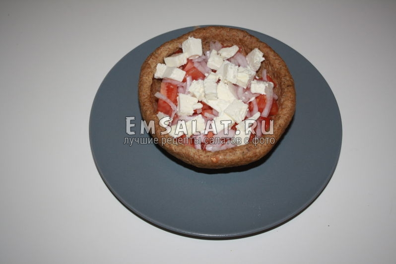 кубики сыра фета в салате