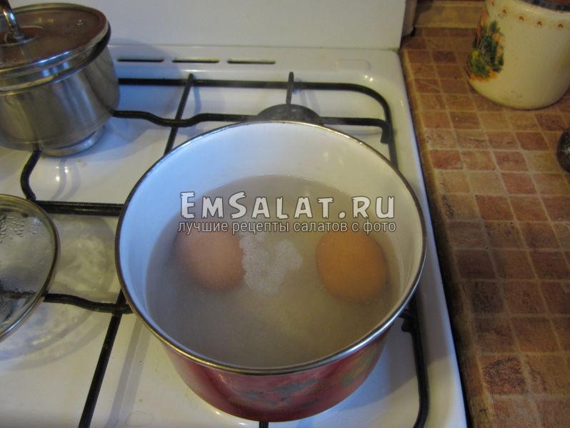 варим куриные яйца в сотейнике