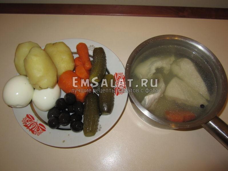Отварная и очищенная морковь, картошка, маслины, курица, яйца, огурцы