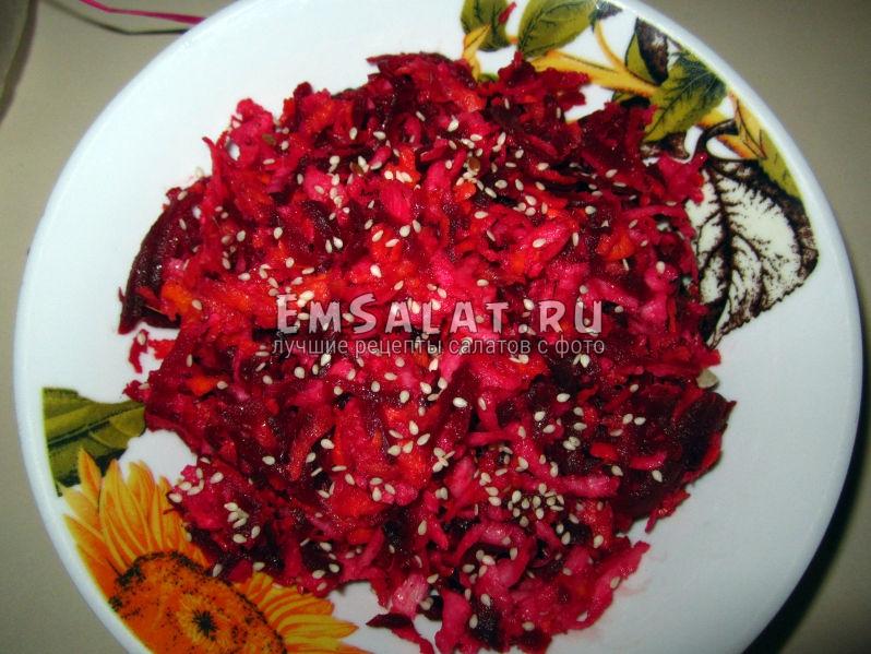 салат из репы посыпан кунжутными семечками