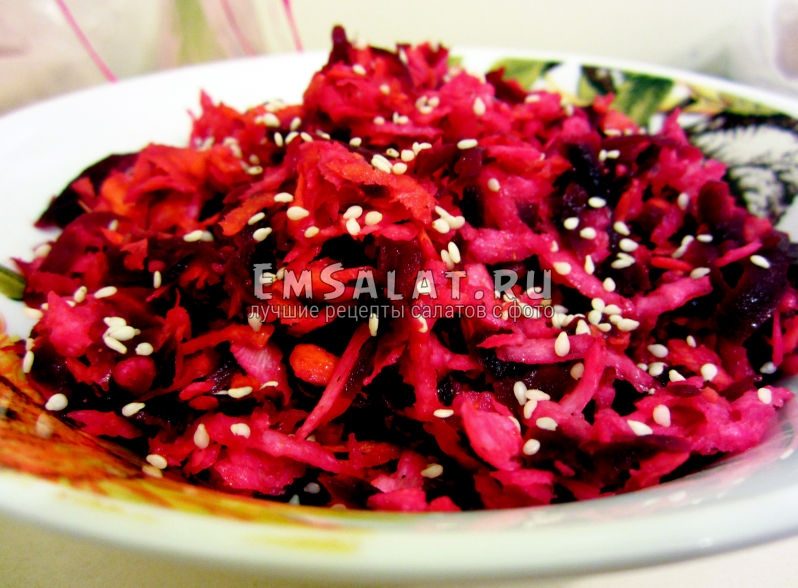салат из репы на тарелке с кунжутными семечками