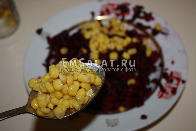 насыпаем кукурузу в тарелку к свекле