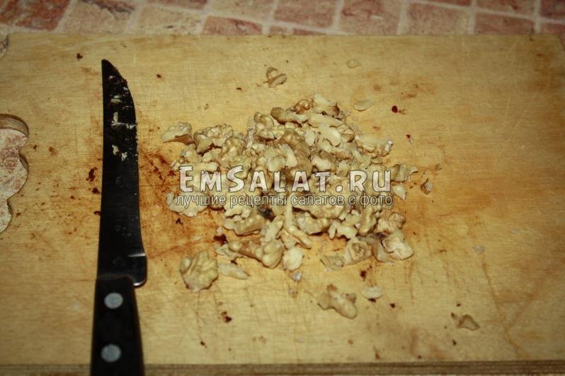 порубленные орехи грецкие на доске