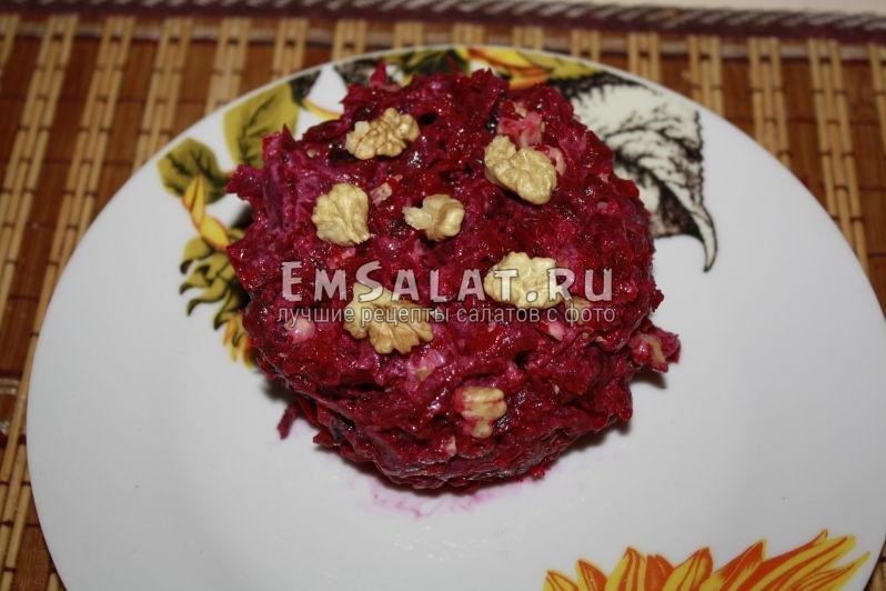 Cвекольный салат с черносливом и грецким орехом