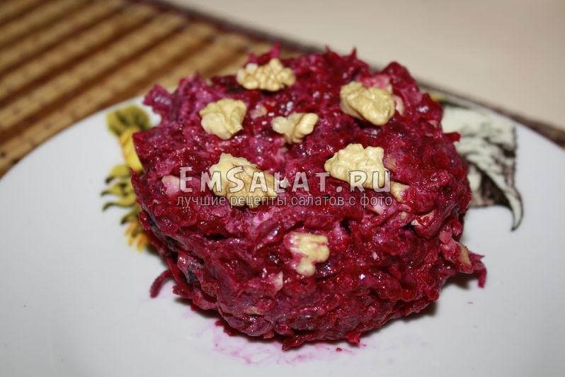 свекольный салат украшен орешками