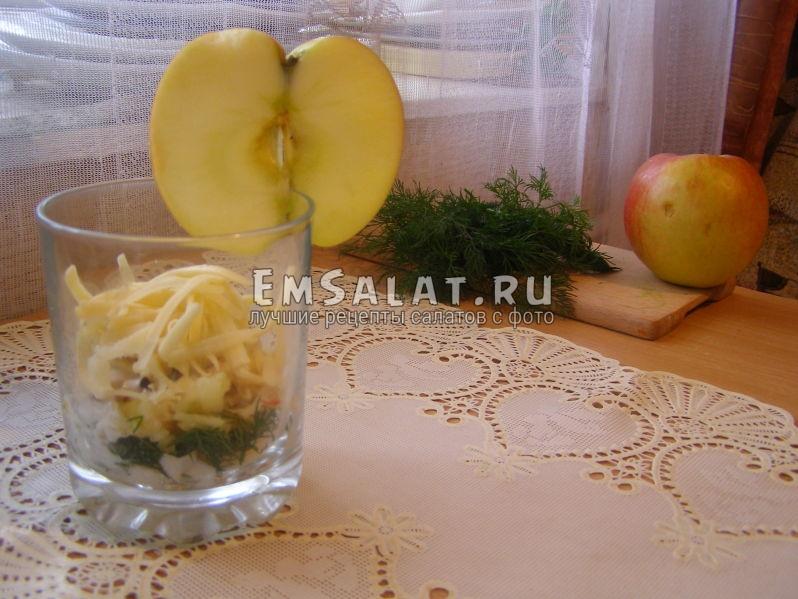 салат с кальмарами с яблоком в ркеманке