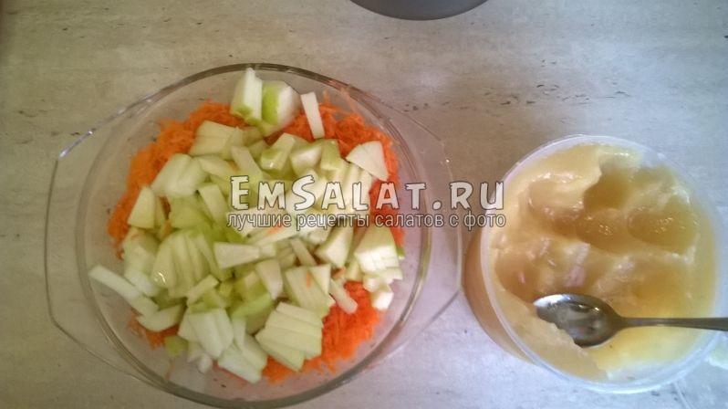 Добавление яблока и меда в салат