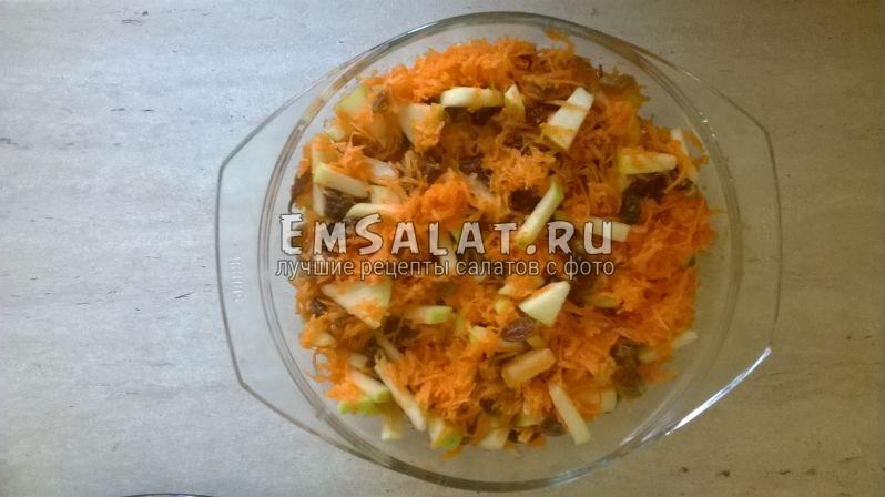 Готовый салат из моркови с изюмом и яблоками.