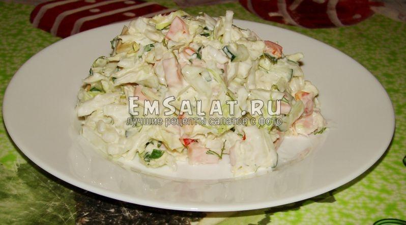 Тарелка с быстрым салатом с пекинской капустой