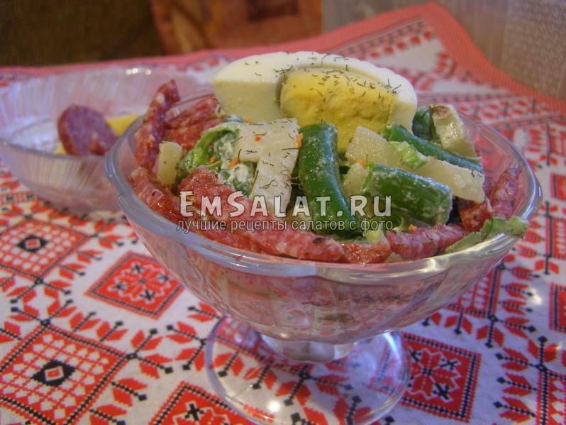 салат с фасолью и копченой колбасой в креманке