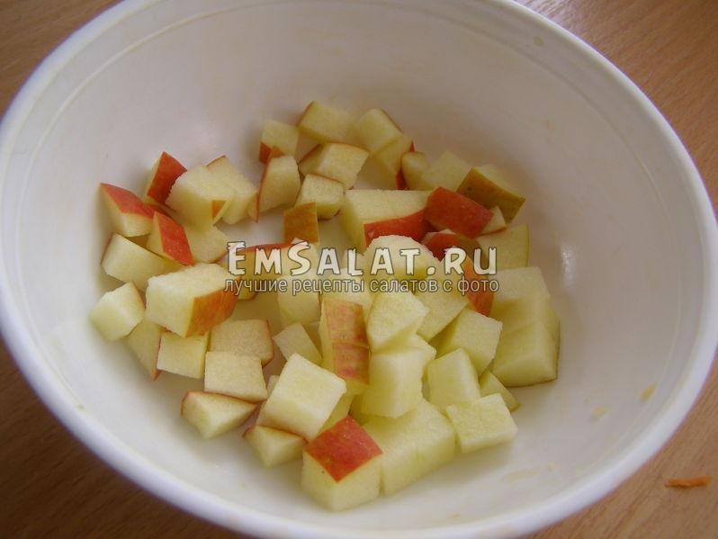 яблоки, нарезанные кубиком