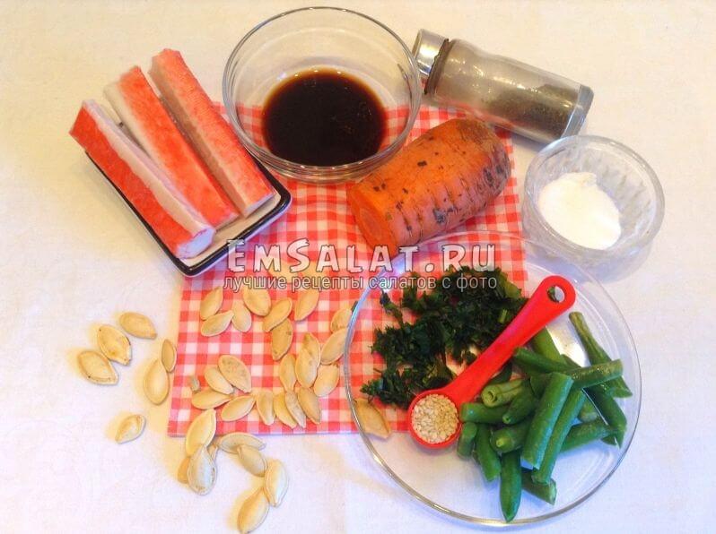 Ингредиенты: морковь, соевый соус, соль, перец, зелень, кунжут, семечки тыквы, крабовые палочки, горох стручковый.