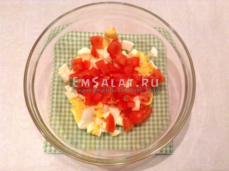 Кубики вареных яиц и свежего помидора