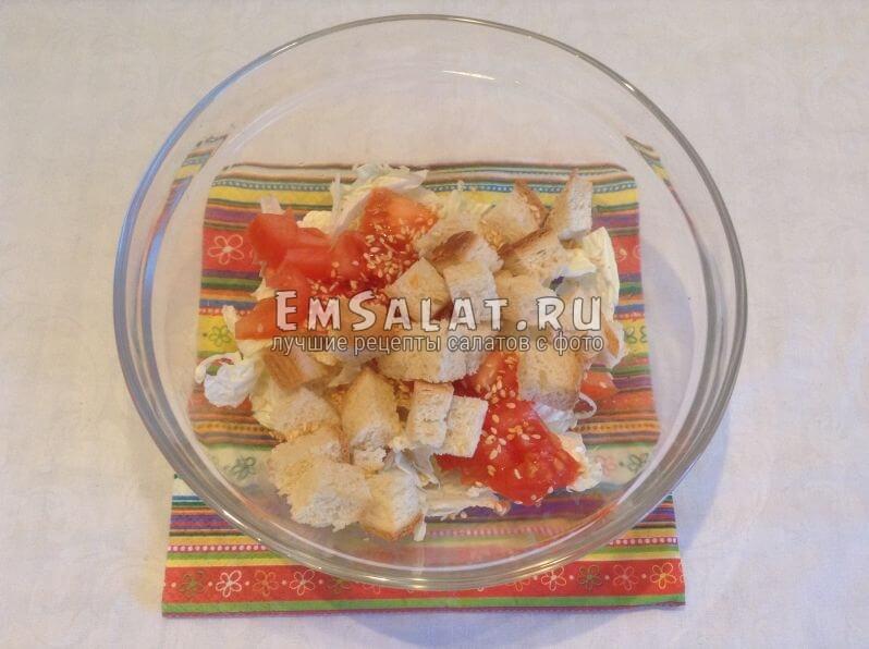 Кубики помидора и батона с кунжутом в пиале с пекинской капустой