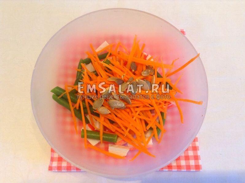 Овощи, крабовые палочки и семечки тыквы