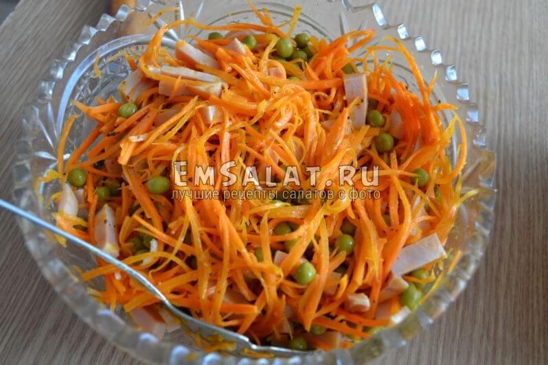В салатнице морковь по-корейски, горошек и ветчина, салат с корейской морковкой