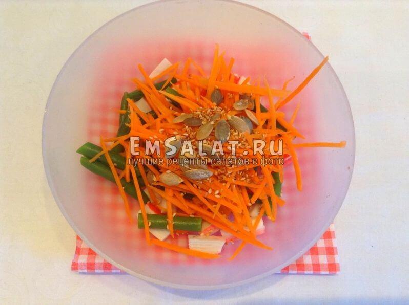Овощи, крабовые палочки, кунжут и семечки тыквы