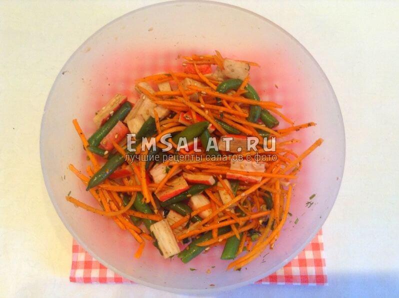 Готовый салат с заправкой и зеленью