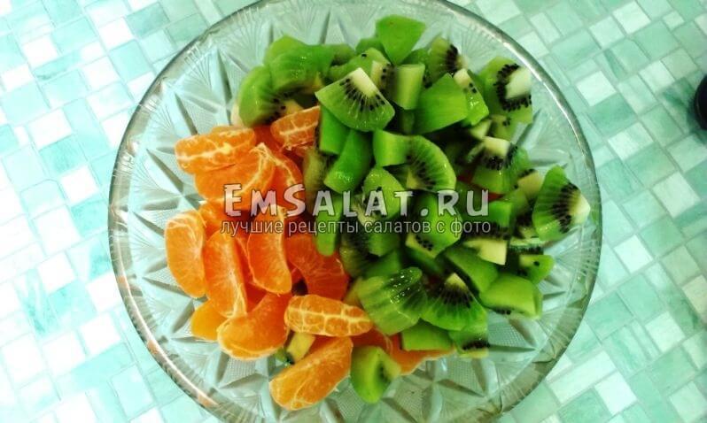 резанный киви добавляем к остальным фруктам