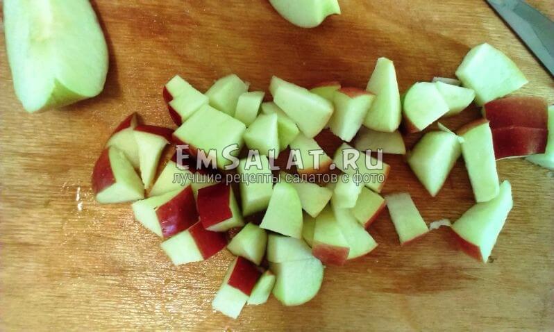 красные яблоки режем кубиками