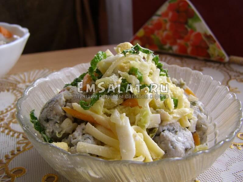 салат с фрикадельками в салатнице