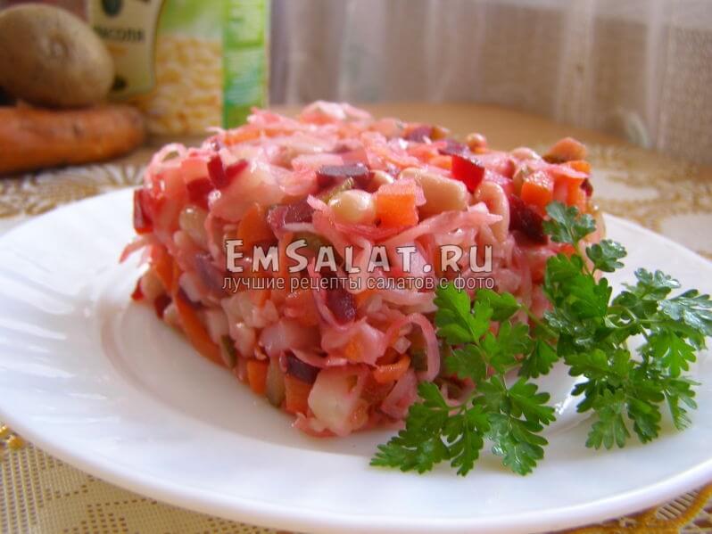 салат выложен в тарелочке