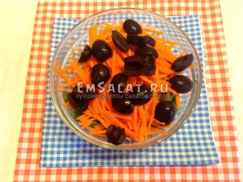 Крабовые палочки с вареным стручковым горохом, морковью и маслинами