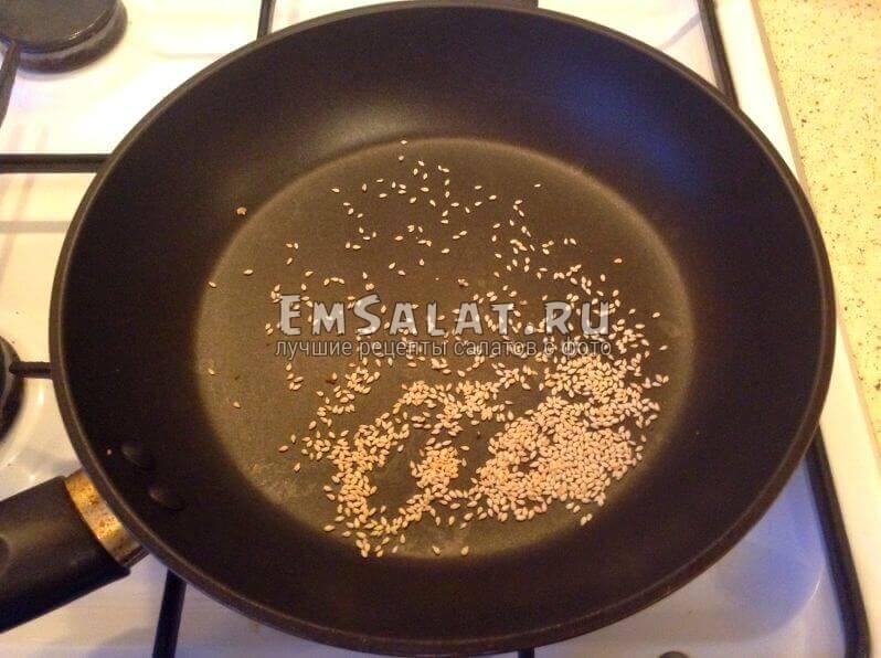 Кунжут на сковородке
