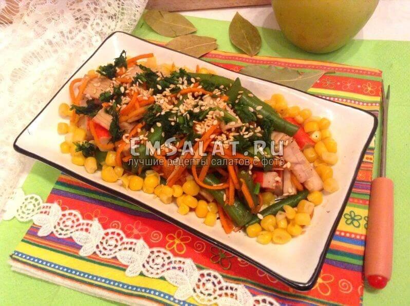 Салат украшен кукурузой